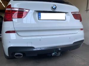 Solidny montaż haka holowniczego wsamochodzie marki BMW
